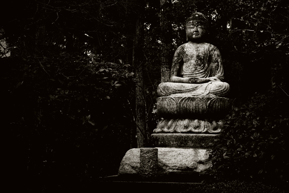 Ryoanji-statue-of-Buddha-black-and-white.jpg